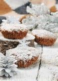 Eigengemaakte chocolademuffins voor Kerstmis Stock Foto's