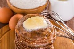 Eigengemaakte chocoladepannekoeken met boter Stock Foto's