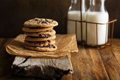 Eigengemaakte chocoladeschilferkoekjes met melk Stock Foto