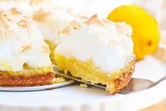 Eigengemaakte citroenpastei met schuimgebakje stock fotografie