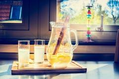 Eigengemaakte citrusvruchtenlimonade op keukenlijst Kruik en glazen limonade Royalty-vrije Stock Fotografie