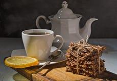Eigengemaakte crackers en thee stock afbeeldingen