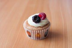 Eigengemaakte cupcake op lijst stock foto