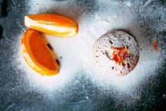 Eigengemaakte cupcakes met sinaasappelen Stock Afbeeldingen