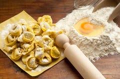 Eigengemaakte de deegwaren van Tortellini stock foto
