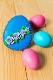 Eigengemaakte de peperkoekkoekje en eieren van Pasen op houten lijst Stock Foto