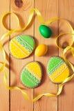 Eigengemaakte de peperkoekkoekje en eieren van Pasen over houten lijst Royalty-vrije Stock Foto's