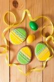Eigengemaakte de peperkoekkoekje en eieren van Pasen over houten lijst Royalty-vrije Stock Foto