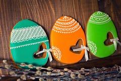Eigengemaakte de peperkoekkoekje en wilg van Pasen over houten lijst royalty-vrije stock afbeelding