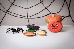 Eigengemaakte de peperkoekkoekjes en pompoen van Halloween Stock Foto