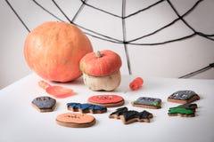 Eigengemaakte de peperkoekkoekjes en pompoen van Halloween Stock Afbeelding