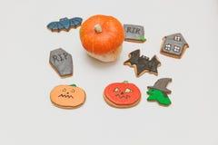 Eigengemaakte de peperkoekkoekjes en pompoen van Halloween klaar voor partij Stock Fotografie