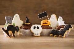 Eigengemaakte de peperkoekkoekjes van Halloween en cupcakes Royalty-vrije Stock Afbeelding