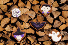 Eigengemaakte de peperkoekkoekjes van Halloween op houten achtergrond Stock Fotografie