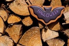 Eigengemaakte de peperkoekkoekjes van Halloween op houten achtergrond Royalty-vrije Stock Afbeelding