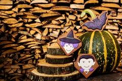 Eigengemaakte de peperkoekkoekjes van Halloween op houten achtergrond Stock Foto