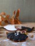 Eigengemaakte de peperkoekkoekjes van Halloween op lijst Stock Fotografie