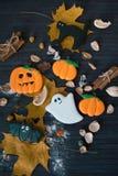 Eigengemaakte de peperkoekkoekjes van Halloween op lijst Royalty-vrije Stock Foto's