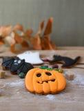 Eigengemaakte de peperkoekkoekjes van Halloween op lijst Stock Afbeeldingen