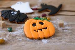 Eigengemaakte de peperkoekkoekjes van Halloween op lijst Stock Afbeelding