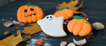 Eigengemaakte de peperkoekkoekjes van Halloween op lijst Royalty-vrije Stock Afbeeldingen
