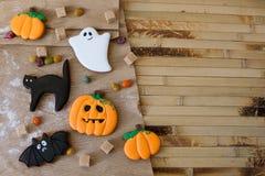 Eigengemaakte de peperkoekkoekjes van Halloween op lijst met exemplaarruimte Royalty-vrije Stock Fotografie