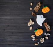 Eigengemaakte de peperkoekkoekjes van Halloween op lijst met exemplaarruimte Stock Fotografie