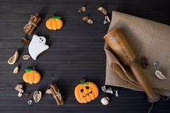 Eigengemaakte de peperkoekkoekjes van Halloween op lijst met exemplaarruimte Royalty-vrije Stock Foto's
