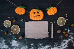 Eigengemaakte de peperkoekkoekjes van Halloween op lijst met lege nota Stock Fotografie