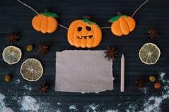Eigengemaakte de peperkoekkoekjes van Halloween op lijst met lege nota Royalty-vrije Stock Afbeeldingen