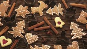 Eigengemaakte de peperkoekkoekjes van Kerstmis stock videobeelden