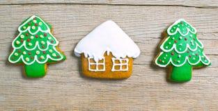 Eigengemaakte de peperkoekkoekjes van Kerstmis over houten stock afbeelding