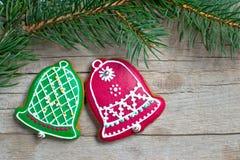 Eigengemaakte de peperkoekkoekjes van Kerstmis over houten royalty-vrije stock foto's