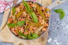 Eigengemaakte deegwarenspaghetti met kippengehakt, groene erwten en royalty-vrije stock afbeeldingen