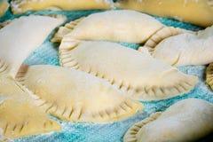 Eigengemaakte die Agnolotti met ricotta wordt gevuld Stock Foto
