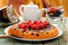 Eigengemaakte die bovenkant - onderaan bessencake met verse bessen en r wordt gediend Royalty-vrije Stock Foto's