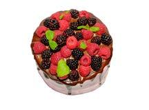 Eigengemaakte die cake met bessen op wit worden geïsoleerd Royalty-vrije Stock Afbeelding