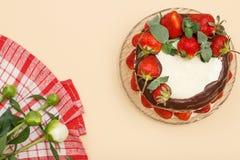 Eigengemaakte die chocoladecake met verse aardbeien op gla wordt verfraaid Stock Foto