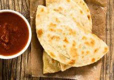 Eigengemaakte die flatbread met salsa van abov wordt bekeken Royalty-vrije Stock Fotografie