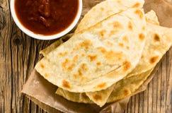 Eigengemaakte die flatbread met salsa van abov wordt bekeken Royalty-vrije Stock Foto