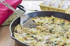 Eigengemaakte die fritata met broccoli, bacon, spinazie en paddestoelen wordt gemaakt Royalty-vrije Stock Foto's