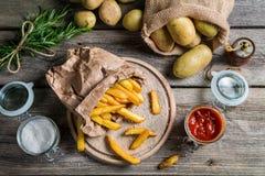 Eigengemaakte die gebraden gerechten in document worden gediend Stock Foto's