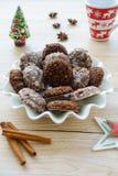 Eigengemaakte die Kerstmiskoekjes door Kerstmisdecoratie worden omringd Royalty-vrije Stock Foto's