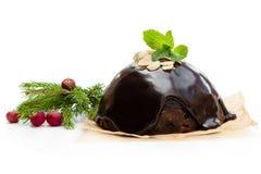 Eigengemaakte die Kerstmispudding op wit wordt geïsoleerd stock afbeeldingen