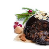 Eigengemaakte die Kerstmispudding op wit wordt geïsoleerd stock foto's
