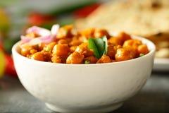 Eigengemaakte die Kikkererwtenkerrie met roti wordt gediend Indische keuken stock afbeeldingen