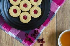 Eigengemaakte die koekjes met Amerikaanse veenbesjam worden gevuld Royalty-vrije Stock Foto's