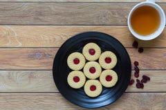Eigengemaakte die koekjes met Amerikaanse veenbesjam worden gevuld Stock Foto's