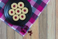 Eigengemaakte die koekjes met Amerikaanse veenbesjam worden gevuld Royalty-vrije Stock Fotografie