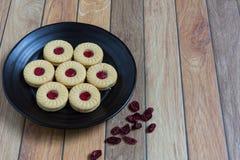 Eigengemaakte die koekjes met Amerikaanse veenbesjam worden gevuld Stock Afbeelding